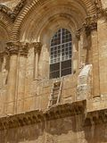 Immovable_ladder_on_ledge_over_entrance_to_Church_of_the_Holy_Sepulchre